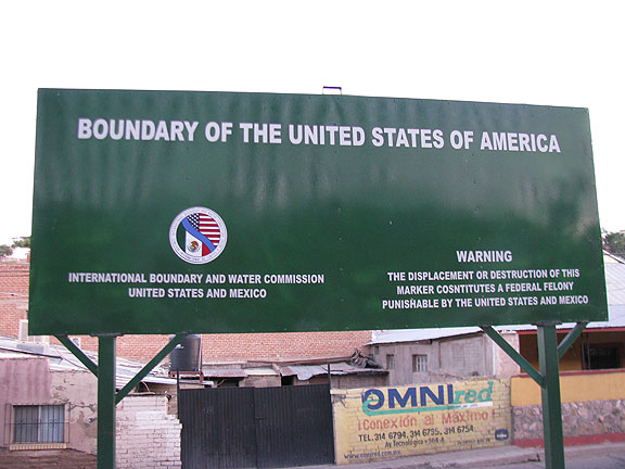 boundary-of-US-sign-in-Nogales_7537