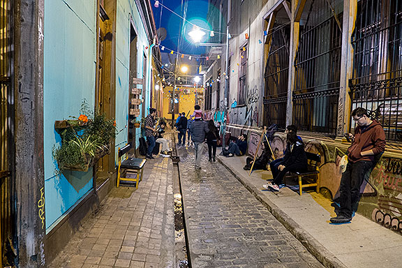 Cozy alleys with art galleries and buskers... such a familiar scene!